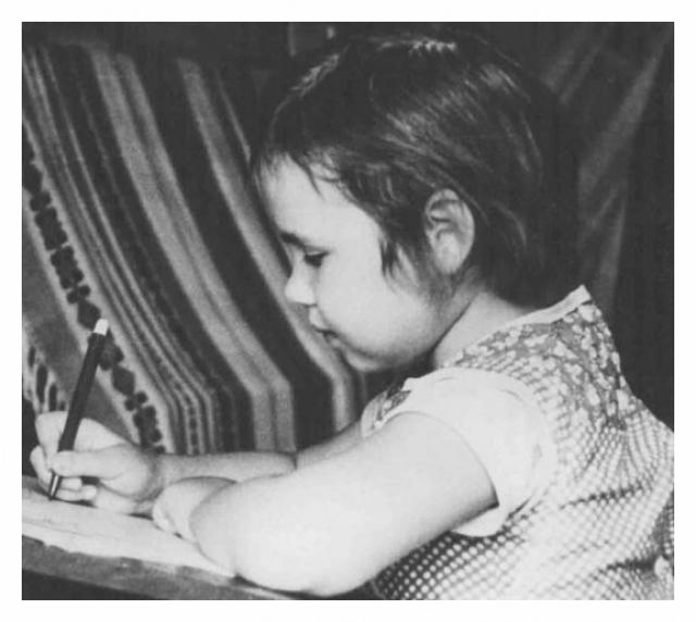Отец, чтобы не отдавать дочку в детский сад, брал работу на дом. Из маленькой спальни двухкомнатной квартиры он сделал художественную мастерскую, в которой поставил два стола – себе и дочери.