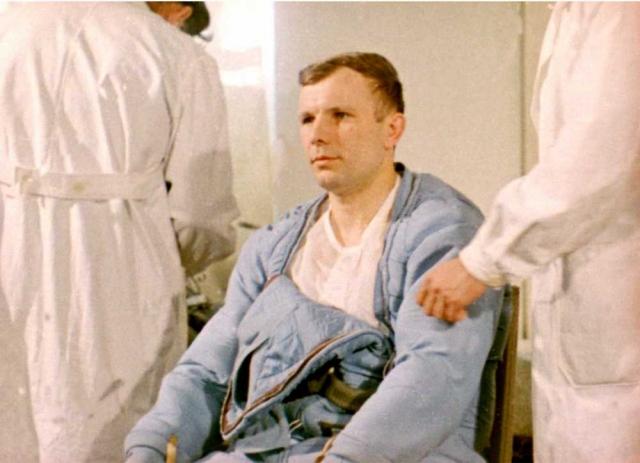 Поэтому для ТАСС были заготовлены три обращения: на случай, если эксперимент завершится удачно, второе - если космический корабль не сможет выйти на орбиту, и третий - о трагической смерти космонавта.