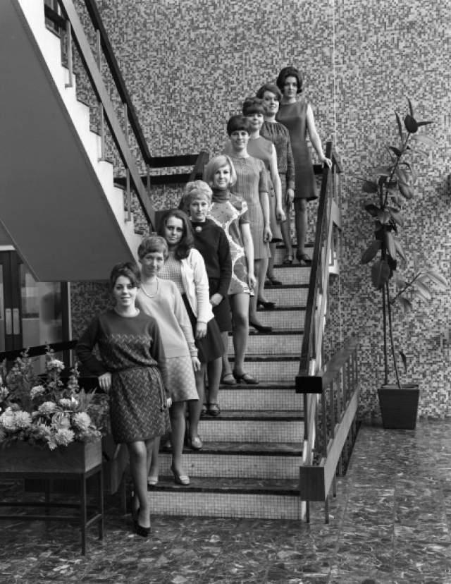 Мисс аппаратное обеспечение - 1967 год. Конкурсантки выстроились в главном офисе Stanley Tools в Шеффилде. Офисные наряды и рабочая обстановка не мешают наслаждаться конкурсом.