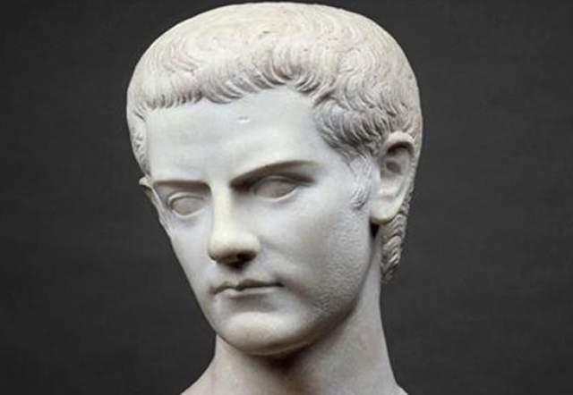 Гай Юлий Цезарь Август Германик (Калигула). Некоторое время был императором Рима. Жестокий и извращенный человек. Удовольствие он получал лишь от власти, пыток и женщин. По сей день считается одним из самых развратных правителей Рима. Имел связи в том числе и с мужчинами.