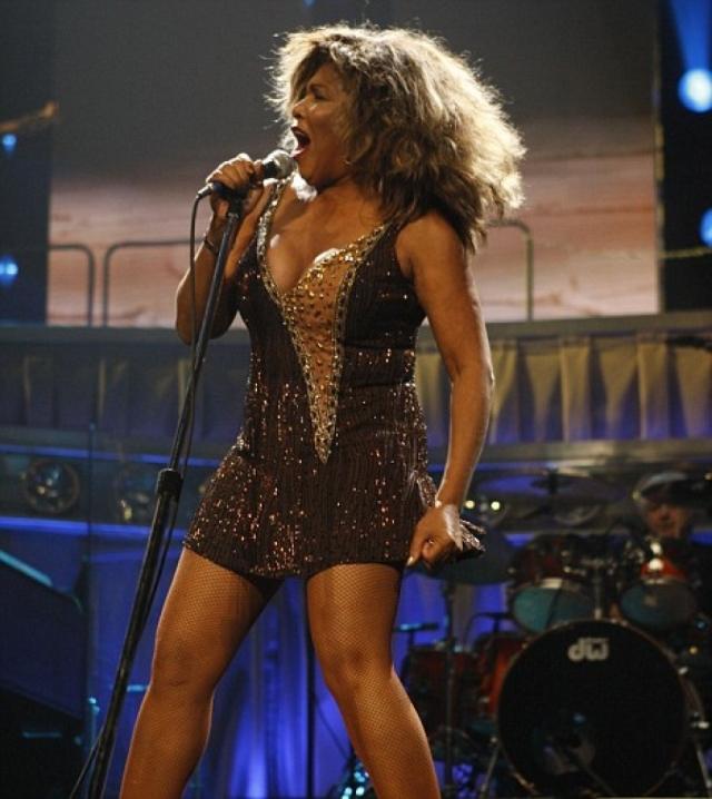 Тина Тернер. 77-летняя певица не меняла свой стиль с самого начала карьеры.