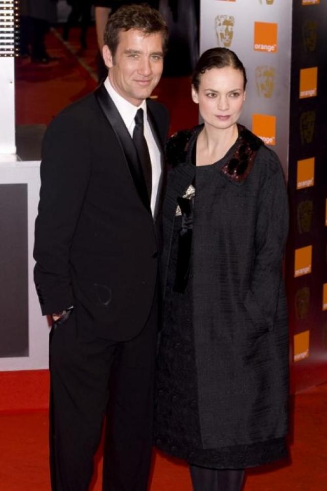 """А познакомились они в театре """"Янг Вик"""" во время работы над спектаклем, в котором Оуэн исполнял роль Ромео, а Сара-Джейн играла Джульетту."""