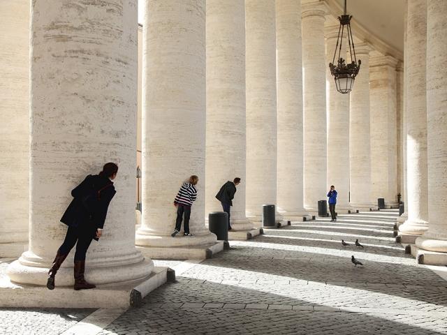 Туристы фотографируются на площади Святого Петра в Ватикане. Dorothea Schmid, laif/Redux