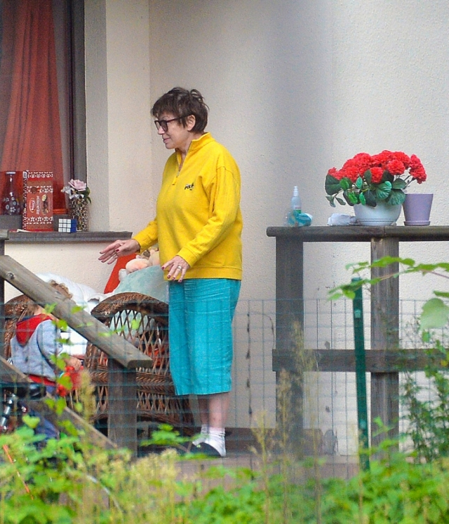 Сейчас Понаровская проживает теперь в Эстонии, и больше похожа на обычную бабушку, которая души не чает в своем маленьком внуке.