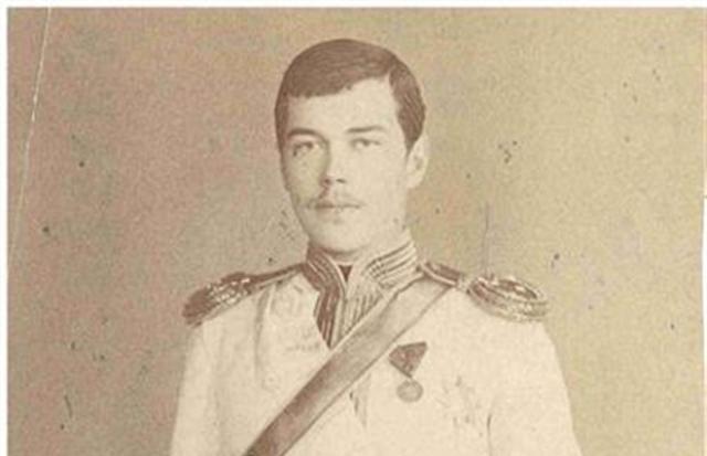 Принимать престол Николаю пришлось неожиданно. В Крыму умер его отец Александр III. Во время присяги Николай был растерян, а на глазах его даже были слезы, настолько его пугала перспектива быть императором.