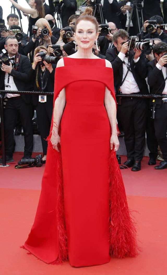 Джулианна Мур. 57-летняя актриса продемонстрировала безупречный вкус, выбрав к своим рыжим волосам алое платье Givenchy и украшения от Chopard.
