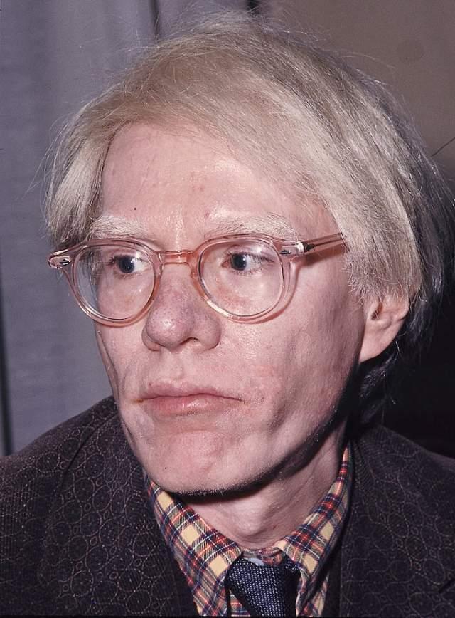 Уорхол скончался во сне от остановки сердца в Медицинском центре Корнуэлл на Манхеттене, где ему сделали несложную операцию по удалению желчного пузыря в 1987 году.