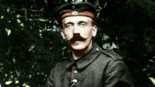 В молодости и в годы войны Адольф носил подкрученные вверх длинные усы. Но к концу войны он их подстриг, поскольку более пышные усы мешали ему как следует закрепить противогаз.