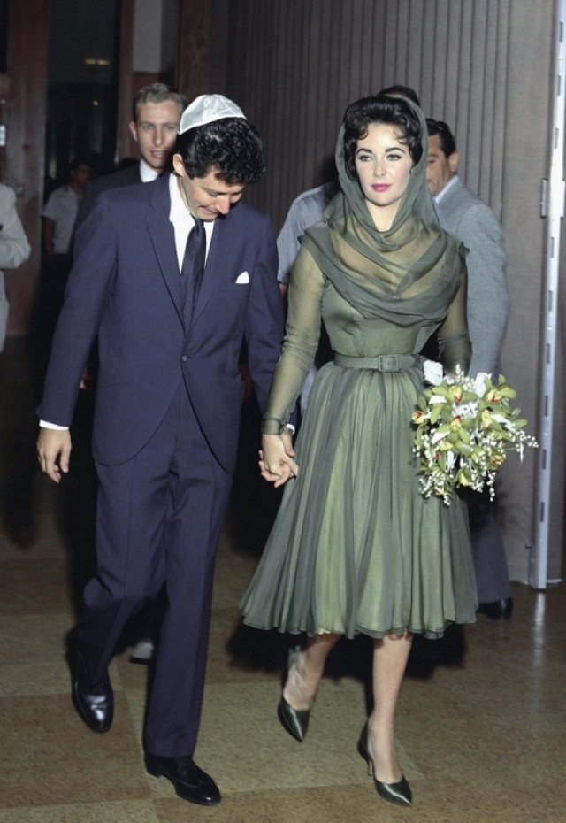 Уже 12 мая 1959 года Элизабет Тейлор вышла замуж вновь. Ее мужем стал ближайший друг Майкла Тодда, очень популярный певец и любимчик девушек Эдди Фишер , который ради Тейлор бросил жену с двумя детьми. Уже в 1961 году брак распался: пара продержалась около года.