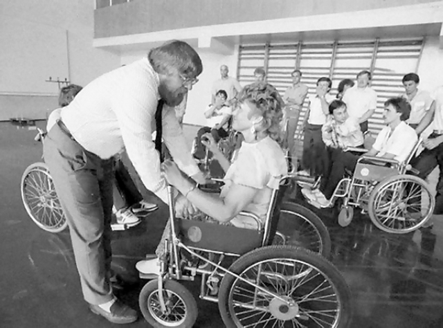 В 14 лет он стал воздушным гимнастом, но сорвался из-под купола и получил тяжелую травму позвоночника, шесть лет проведя в инвалидном кресле, из которого сумел встать благодаря собственной системе реабилитации. Он вернулся в цирк и еще долго выступал в качестве силача-жонглера.