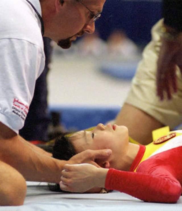 21 июля выполняя разминочный опорный прыжок, девушка неудачно оттолкнулась от снаряда и упала головой на маты.