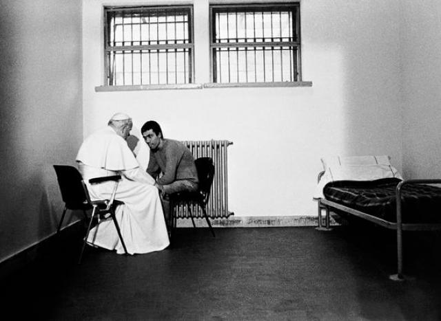 Позже по его просьбе президент Италии Карло Чампи помиловал террориста, и в 2000 году его экстрадировали в Турцию.
