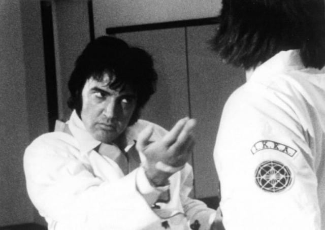 """С записью новых песен дела обстояли плохо. В феврале 1976 года фирма RCA сама привезли свою передвижную студию в """"Грейсленд"""", чтобы Пресли мог записываться, не выходя из дома."""