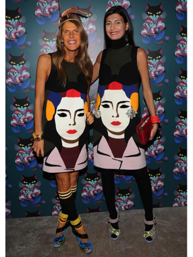 Редактор Vogue Анна Делло Руссо оказалась не застрахованной от модного провала и появилась в одинаковом платье с бывшей моделью Джованной Баттальей .