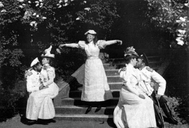 """В одном из своих дневников императрица писала: """"Муж и жена должны постоянно оказывать друг другу знаки самого нежного внимания и любви... Любви тоже нужен ее ежедневный хлеб"""". На фото Николай II целует царицу Александру Федоровну (справа)."""