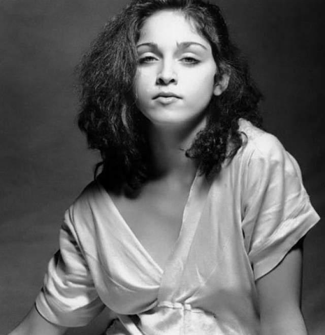 Мадонна Луиза Чикконе , будучи студенткой, подрабатывала моделью, позирую и в довольно откровенных фотосессиях.