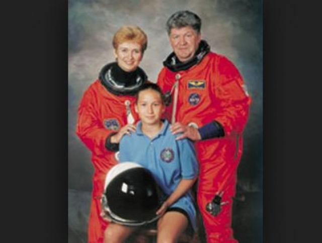 """Дважды Герой Советского Союза, 46-летний Рюмин женился на 28-летней коллеге по космической сфере, никак не подозревая, что она планирует """"рвануть"""" на орбиту."""