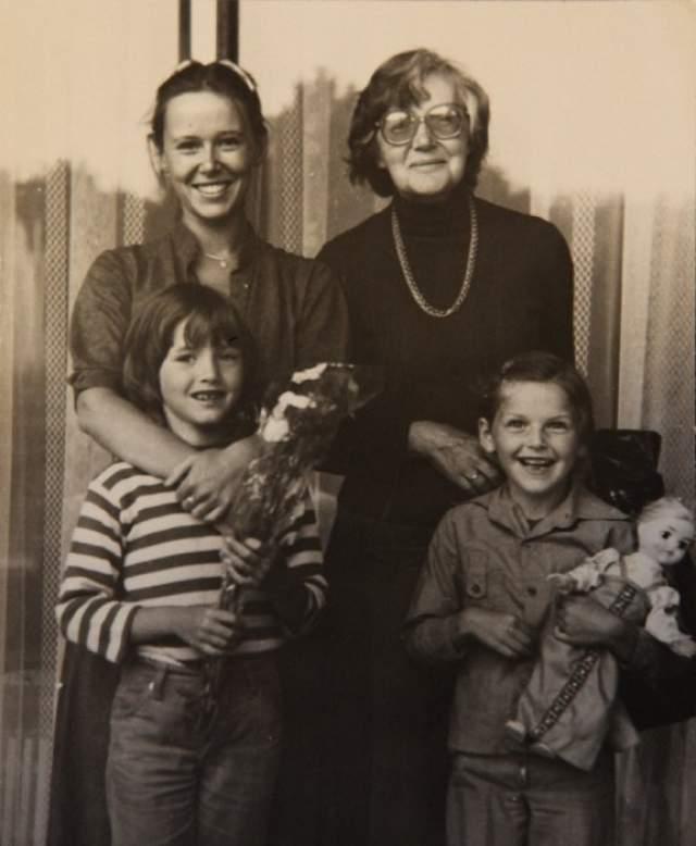 Евгения Симонова с мамой и дочками.