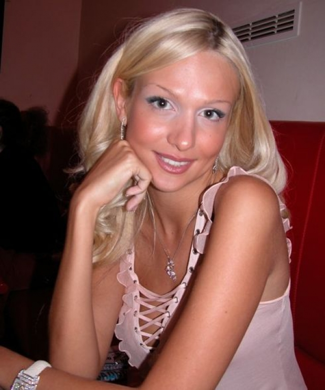 """Виктория Лопырева. Хотя в юные годы девушка и завоевала титул """"Мисс-Россия"""", с теперешних позиций ее внешность была далека от идеала."""