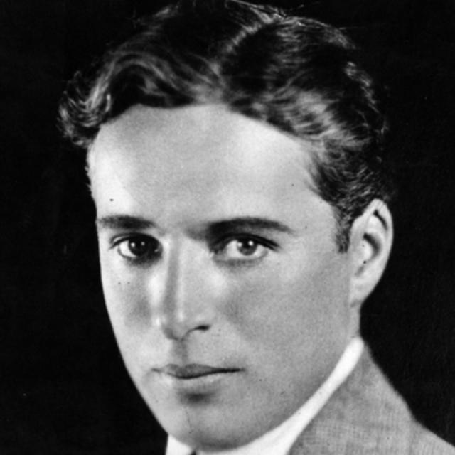 Без усиков и котелка Чаплин выглядел вот так и, что не удивительно, имел массу поклонниц.