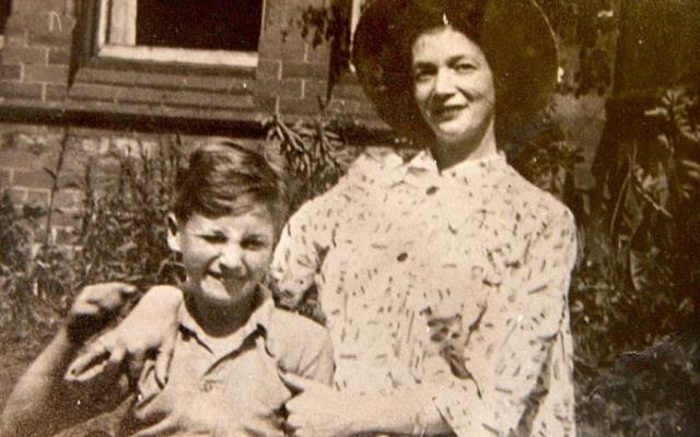 Принять ребенка Джулии ее новый мужчина отказался, после чего она отказалась от юного Джона, передав его сестре Мими и ее мужу Джорджу Смиту.