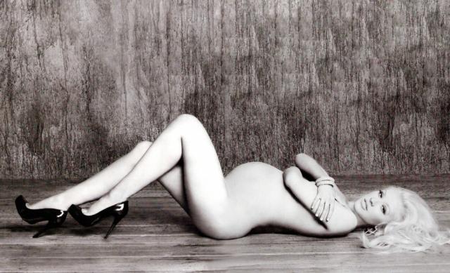 Кристина Агилера также решила продемонстрировать миру свой беременный животик.