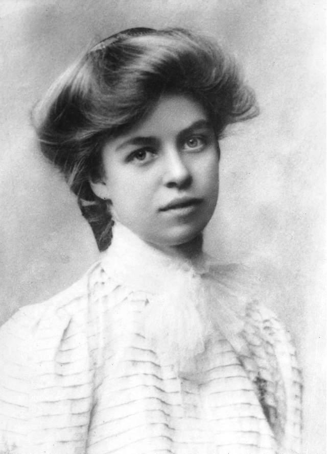 Энн Элеонора Рузвельт. Жена Франклина Рузвельта, 32-го президента США. Элеоноре был 21 год, когда она вышла замуж за своего дальнего родственника Франклина. Рузвельт была матерью шестерых детей, но один из сыновей умер еще в младенчестве.