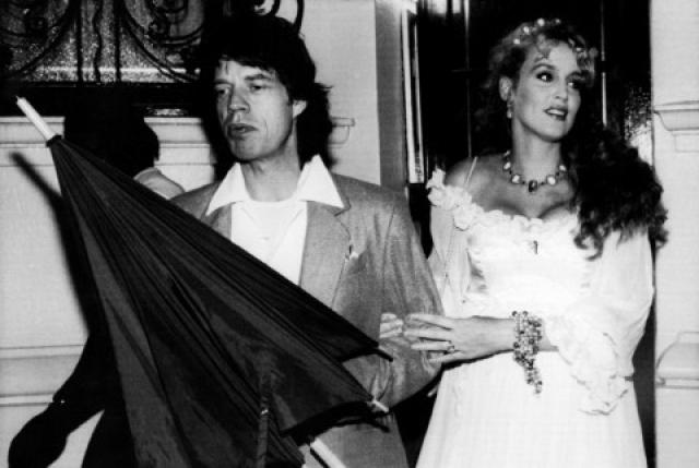 Причиной развода стал тот факт, что у музыканта есть ребенок от другой женщины. Свадьба Холл и Джаггера была оформлена на Бали, и в суде Мик доказывал, что она не имела юридической силы.