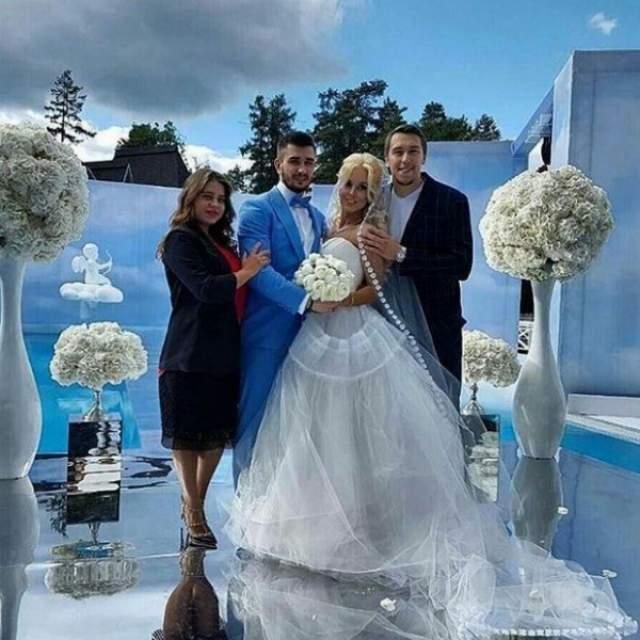 Тогда Войнову присудили 90 суток тюрьмы и штраф в размере 700 долларов. А спустя два года после инцидента пара решила отпраздновать пышную свадьбу, несмотря на то, что они уже были зарегистрированы официально. Еще через год, в марте 2017-го, Марта родила Вячеславу сына Романа.