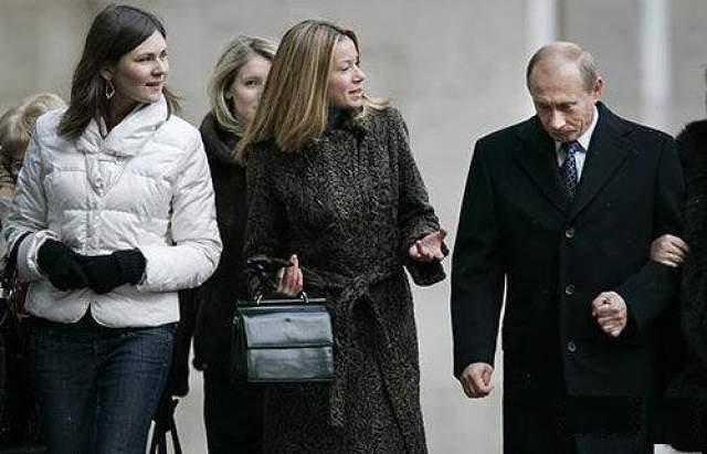 Также есть данные, что старшая дочь Путина, Мария, замужем за голландским бизнесменом Йорритом Йоостом Фассеном и проживает с мужем в Нидерландах, в городке Ворсхотен в южной части страны.