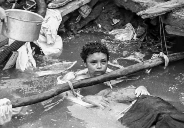 13-летняя Омайра Санчес стала жертвой трагедии: ее тело застряло в обломках здания, в результате девочка трое суток простояла по шею в грязи. Ее лицо опухло, руки стали практически белыми, а глаза налились кровью.