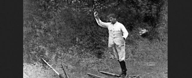 Купаться и нежиться на пляже Сталин не любил. Одним из его любимых развлечений были городки, в которые он играл с сотрудниками личной охраны.