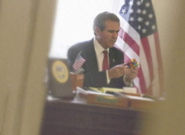 Джордж Буш пытается сложить кубик Рубика. Одна из самых известных фотографий папарацци Элисон Джексон, которая любит играть с образами знаменитостей.