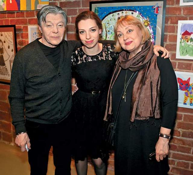 В 1993 году Елена родила Александру дочь Татьяну, после чего о внебрачном ребенке актера стало известно и его законной жене. Савельева не стала подавать на развод, а Збруев так и не мог сделать окончательный выбор.