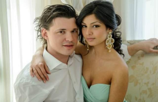 """В 2013 году он женился на 20-летней студентке Розалии Коноян. Девушка спустя три года после свадьбы была замечена в проекте """"Дом-2"""", - как оказалось, не для поиска любви, а скорее для собственной раскрутки."""