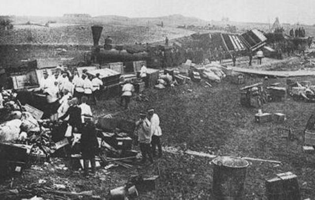 У станции Борки поезд неожиданно сошел с рельсов. Несколько вагонов ушли под откос и полностью разбились. 21 человек погиб, еще несколько десятков оказались ранены.