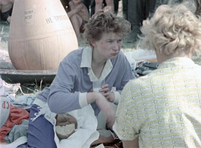 """Первая женщина-космонавт нарушила регламент даже после приземления: вопреки строжайшему запрету, попробовала угощения, принесенные местными жителями к месту посадки, и раздала им тюбики с """"космической едой""""."""