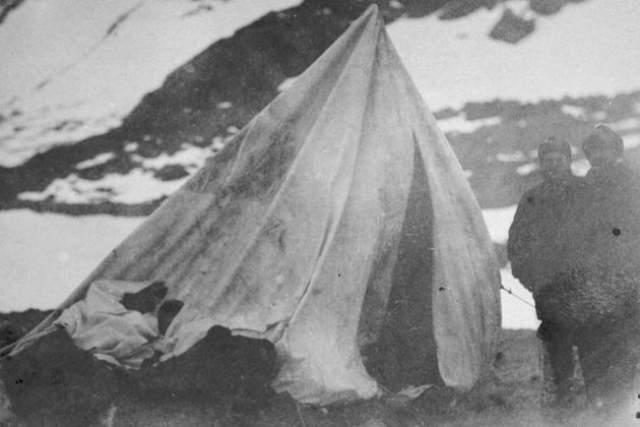 """14 августа 1884 года эксгумация тела лейтенанта Кислингбьюри, показала, что тело было лишено кожи, а на руках и ногах полностью отсутствовала плоть, которая была """"методично вырезана""""."""