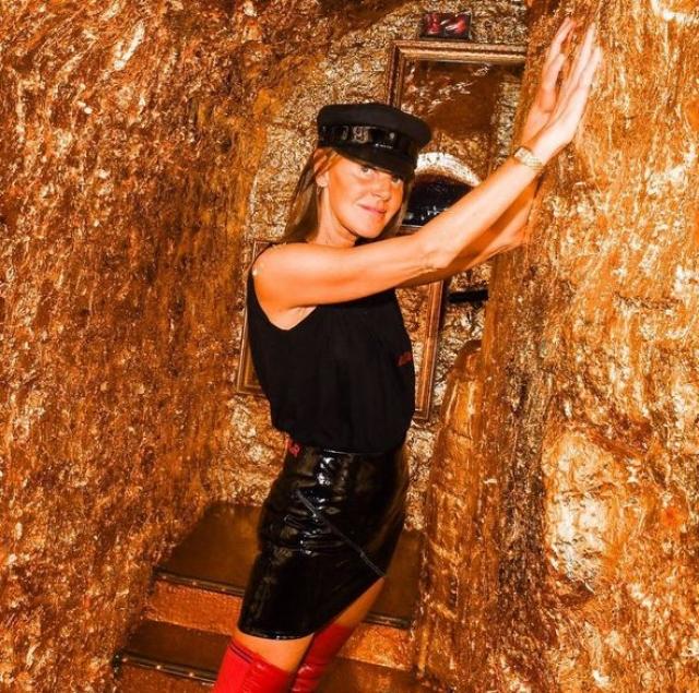 Анна регулярно выкладывает свои снимки в стильных нарядах и в компании знаменитостей.