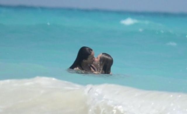 Горячий поцелуй Мишель Родригес и Кары Делевинь .