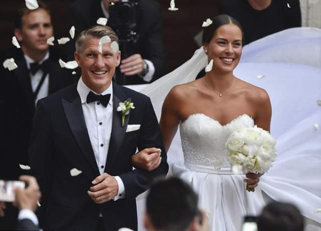 Бастиан Швайнштайгер (33) и Ана Иванович (30). Чемпион мира-2014 в составе сборной Германии по футболу и бывшая первая ракетка мира встречаются с 2014 года. В июле 2016-го они поженились. Красивое бракосочетание пара праздновала в Венеции.