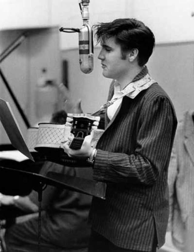 """На торги сей странный лот выставил фанат певца Уэйд Джонс. С его слов стало известно, что во время выступления """"короля рок-н-ролла"""" он поднялся за сцену, где увидел стакан воды, из которого Элвис пил в перерыве. Он украл посуду с остатками жидкости и заморозил ее."""