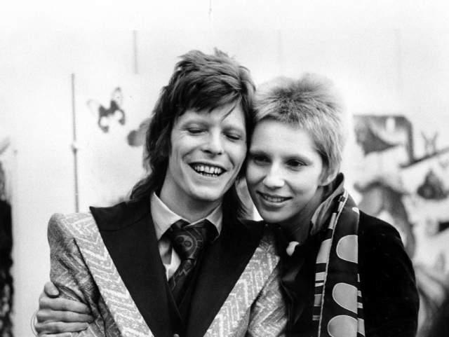 Первой женой эпатажного музыканта стала Анджела Барнетт, которая родила ему в 1971-м сына Данкана.