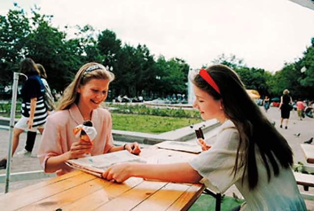 Еще быстрее получив второе высшее, Анжела и Диана поступили в магистратуру Стэнфордского университета в США, которую закончили в 15 и 16 лет. Сейчас сестры, ставшие докторами наук, работают экономистами в Комиссии по ценным бумагам и биржам США.