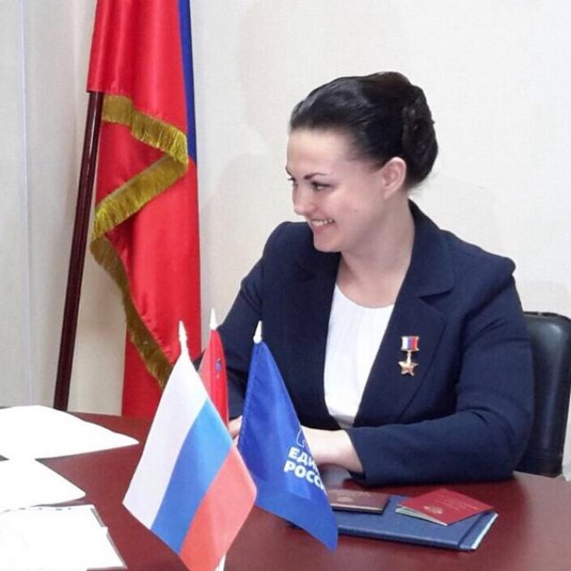 23 сентября 2016 года приказом начальника ЦПК Елена была освобождена от должности инструктора-космонавта-испытателя 2-го класса и уволена из ЦПК. Свою судьбу она также связала с политикой, стала депутатом Государственной Думы РФ.