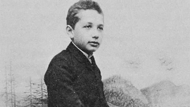 Альберт ни разу не брил растительность на лице, поэтому без усов его можно увидеть лишь на детских фотографиях.