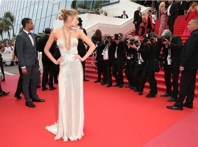 Стелла Максвелл. Вот пример удачного выбора платья без бретелей. Модель и ангел Victoria's Secret предстала в серебристом вечернем платье с внушительным декольте, которое красиво легло точно по груди.