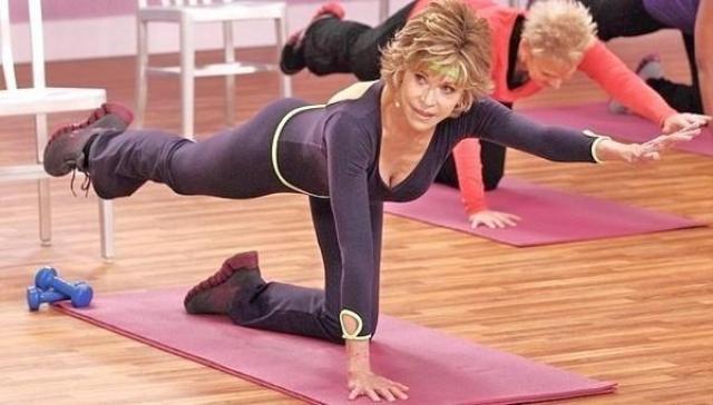 Кстати, гимнастику для женщин Фонда пропагандирует уже 50 лет! Она до сих пор выпускает видео с домашними упражнениями на гибкость, растяжку и легкими сетами с гантелями.