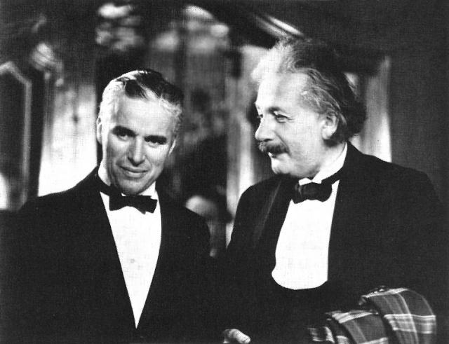 """Эйнштейн обожал фильмы Чарли Чаплина. Однажды он послал Чаплину телеграмму: """" Ваш фильм """"Золотая лихорадка"""" понятен всем в мире, и я уверен, что Вы станете великим человеком! Эйнштейн """". Чаплин ответил: """" Я вами восхищаюсь еще больше. Вашу теорию относительности не понимает никто в мире, но Вы все-таки стали великим человеком! Чаплин """"."""