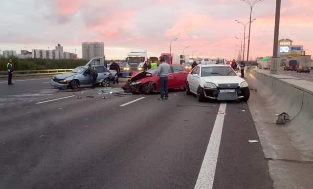 """На МКАДе в ночь на 27 сентября произошла авария, и Егор, который проезжал тогда мимо на своей Toyota Mark II, решил остановиться и помочь пострадавшим. Водитель приближающегося авто не заметил человека на дороге у ТЦ """"Вегас"""", и сбил его и еще двух участников ДТП."""